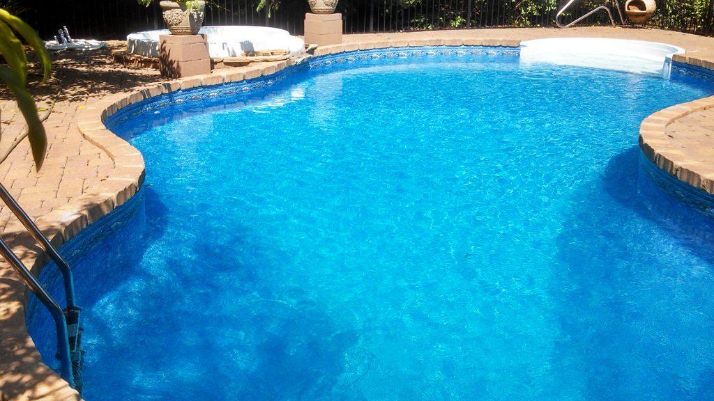 Custom shaped in-ground vinyl liner swimming pool